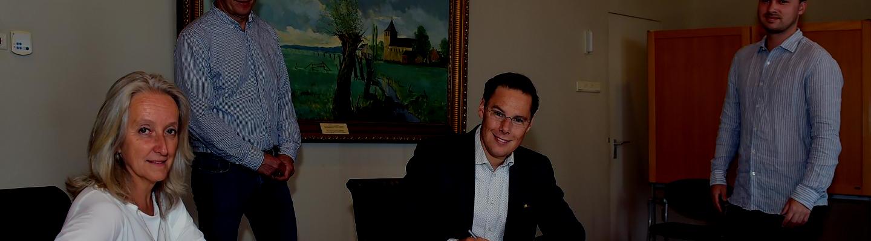 Wethouder Joa Maouche van Renkum en REIJE-voorzitter  Judith van de Geer tekenen een samenwerkingsovereenkomst voor zonnepanelen op Kindcentrum Oosterbeek
